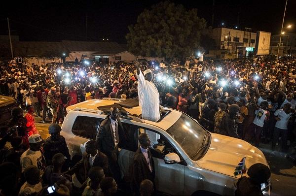 Entrée du président Adama Barrow dans Serrekunda, au sud-ouest de la capitale, le 26 janvier 2017.