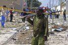 Un soldat somalien sur les lieux d'un attaque-suicide à la voiture piégée à Mogadiscio, le 2 janvier 2017.
