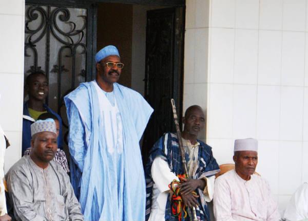 Baba Danpullo (en bleu) est à la tête d'une fortune estimée à 550 milliards de F CFA (environ 840 millions d'euros). Ici chez lui au Cameroun
