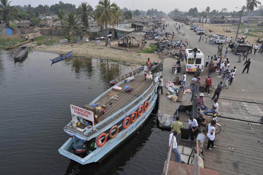 Un bac assure la liaison entre Abidjan et Jacqueville.