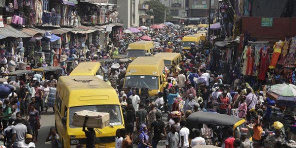 Le Nigeria doit sortir de récession en 2017 a estimé la Banque mondiale. Ici le marché Balogun de Lagos avant les fêtes de Noël.