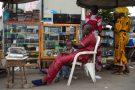 Un homme vend des téléphone portable dans le quartier commercial de Ganhi à Cotonou, au Bénin, le 26 février 2016.