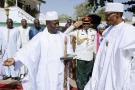 L'ex-président gambien, Yahya Jammeh, à gauche, avec son homologue nigérian à droite, Muhammadu Buhari, à Banjul, le 13 janvier 2017.