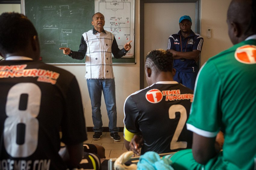 Moïse Katumbi, président du club de football TP Mazembe, encourage son équipe dans les vestiaires pendant la mi-temps, lors d'un match contre le club Lubumbashi Sport, au stade de Kamalondo, le 4 mars 2015.
