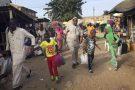 Des Gambiens prennent le ferry pour le Sénégal à Banjul le 17 janvier 2017.