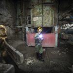 Un employé chinois contrôle une station de pompage sous-terraine dans la mine de cuivre de Chambishi (Zambie), exploitée par le groupe CNMC.