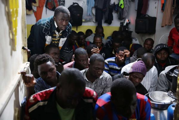 Des migrants dans les locaux de la police libyenne après leur interpellation, en octobre 2015 à Tripoli.