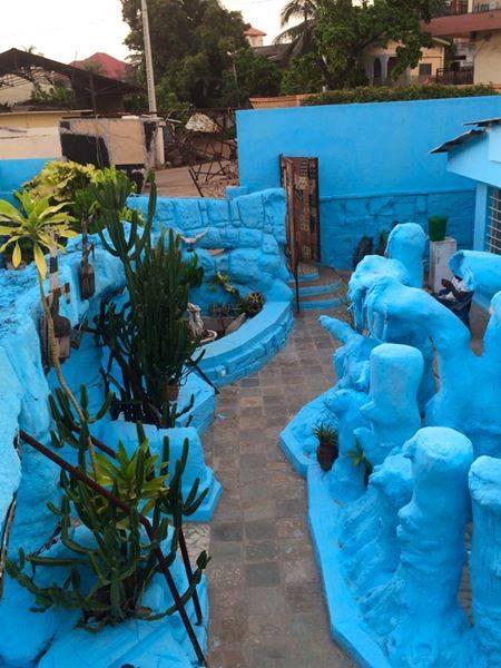Le décor en faux rochers, peints en bleu par l'artiste sud-africain Prince Malasti.