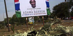Une pancarte annonce l'inauguration d'Adama Barrow le 18 février.
