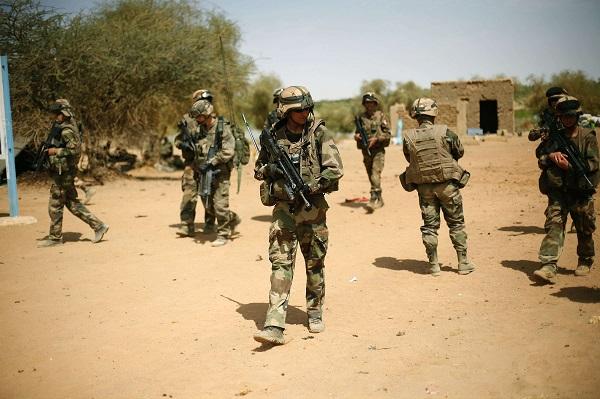 Des soldats français sécurisent une zone près de Gao, au Mali,  en 2013.