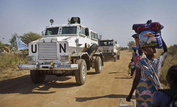 Encadrés par l'ONU, les civils sud-soudanais se déplacent d'un camp à l'autre (2017).
