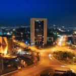 Place du 20 mai, de nuit dans la ville de Yaoundé, au Cameroun.