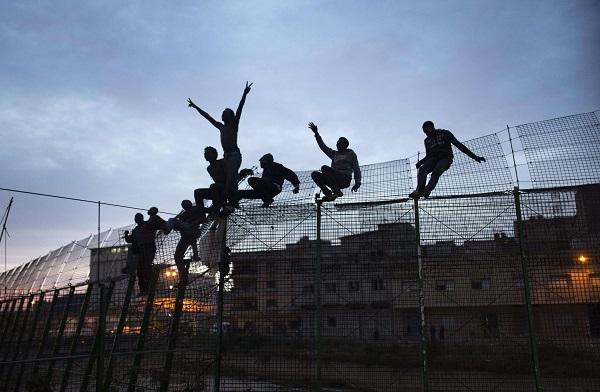 Des migrants subsahariens qui ont forcé la barrière de protection qui sépare Espagne et Maroc à Mellila, le 28 mars 2014.