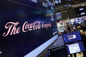 Le logo de Coca-Cola apparaît au-dessus du poste où il se négocie, sur le plancher de la Bourse de New York, 2011.
