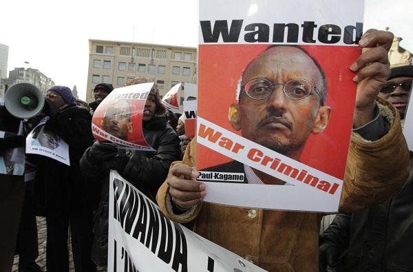 Un homme tend un poster de Paul Kagamé pour protester contre la visite du Président Rwandais aux journées du développement de l'Union européenne, le 6 décembre 2010.
