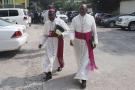 Deux membres du clergé catholique congolais chargés de la médiation entre le pouvoir et l'opposition se rendent à une réunion à Kinshasa le 21 décembre 2016.