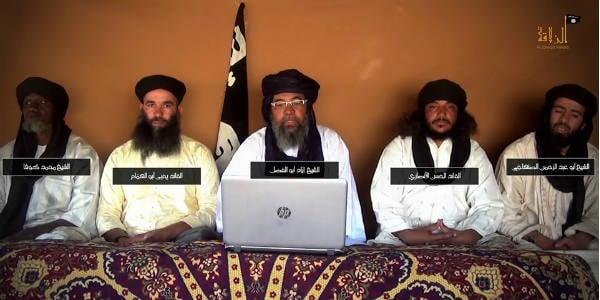 Image diffusée par le Groupe de soutien à l'islam et aux musulmans. De g. à dr. : de gauche /droite : Amadou Kouffa (katiba du Macina), Yahia Abou El Hamam (émir d'Aqmi au Sahara), Iyad Ag Ghali (Ansar Eddine)...