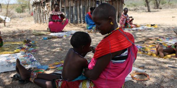 La plupart des femmes d'Umoja vivent de l'artisanat. Elles créent des bijoux qu'elles vendent aux touristes de passage. Des bénéfices qui ont notamment permis la construction d'une école.