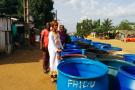 Dans le quartier de Micao à Yopougon, Abidjan, des habitants attendent la livraison du camion citerne d'eau potable, le 13 mars 2017.