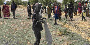 Des réfugiés attendent de recevoir de l'aide alimentaire au Soudan du Sud, en mars 2017.