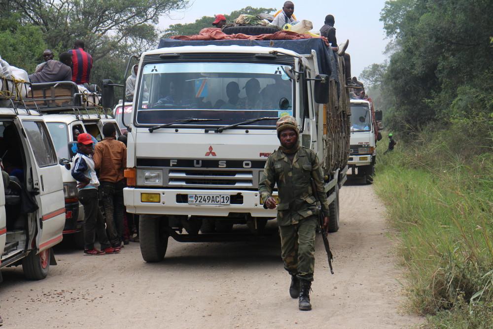Un soldat congolais chargé d'escorter le convoi qui passe à travers le parc des Virunga, dans l'est de la RDC, le 14 février 2017.
