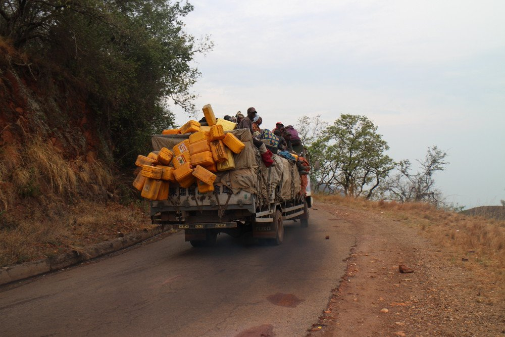 Un camion de marchandises et de passagers sur la route nationale n°2, dans l'est de la RDC, le 14 février 2017.