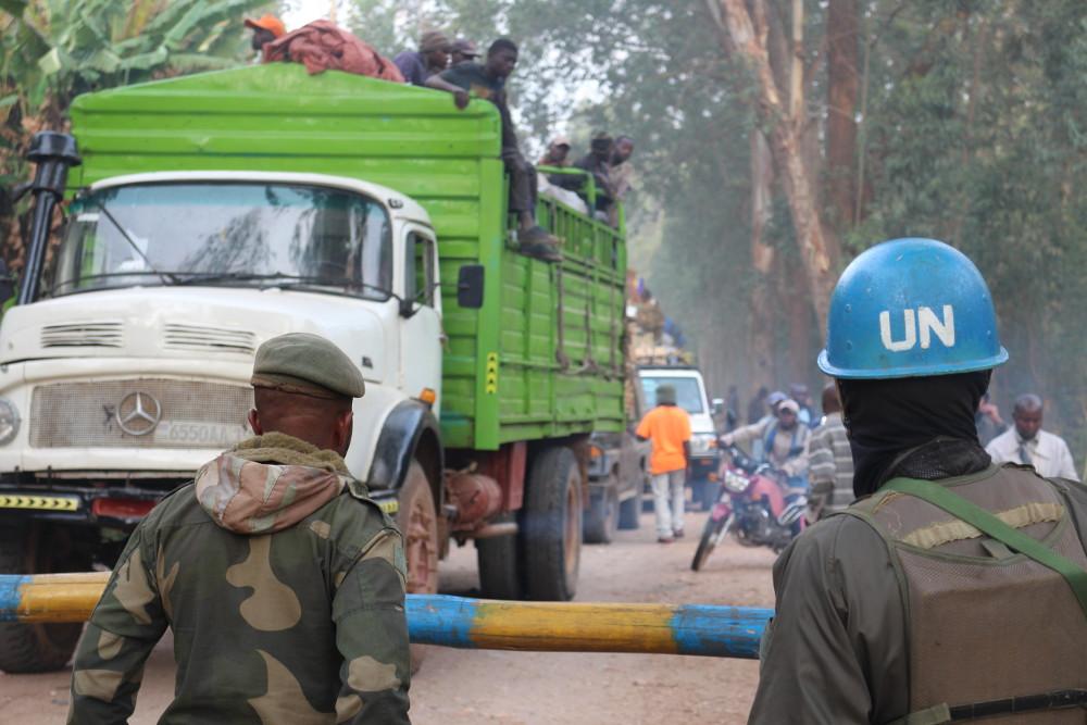 Un soldat congolais et un Casque bleu de la Monusco à Kanyabayonga, dans l'est de la RDC, le 15 février 2017.