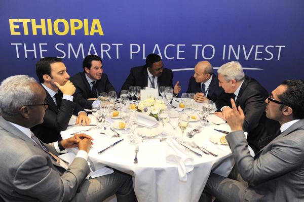 De gauche à droite: Nana Aboudaker Omar Hadi, Amer Ben Yahmed (Fondateur et président du CEO Forum); Diego Aponte; Worneh Gebeyehu; Isaad Rebrad (PCA de Cevital); Mohammed Dewji (PDG de METL)