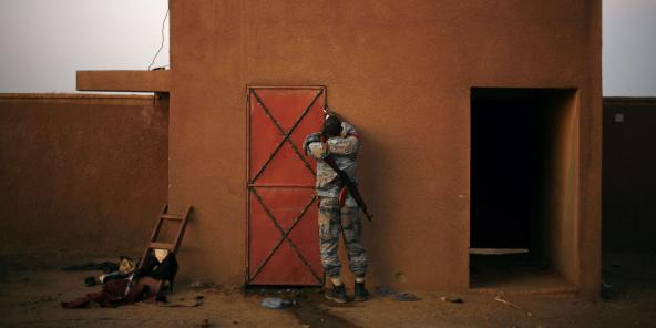 Un soldat malien ferme une cellule dans laquelle des jihadistes sont détenus, à Gao, le 11 février 2013.