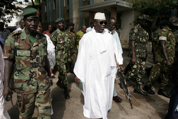 Yahya Jammeh encadré de sa garde rapprochée en 2016.