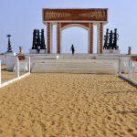 A Ouidah, au Bénin, face à la porte du non-retour.
