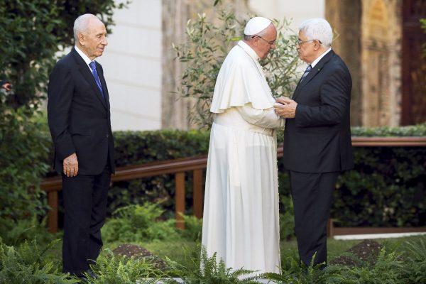 Avec Shimon Peres et Mahmoud Abbas, les présidents israélien et palestinien, le 8juin 2014 dans les jardins du Vatican.