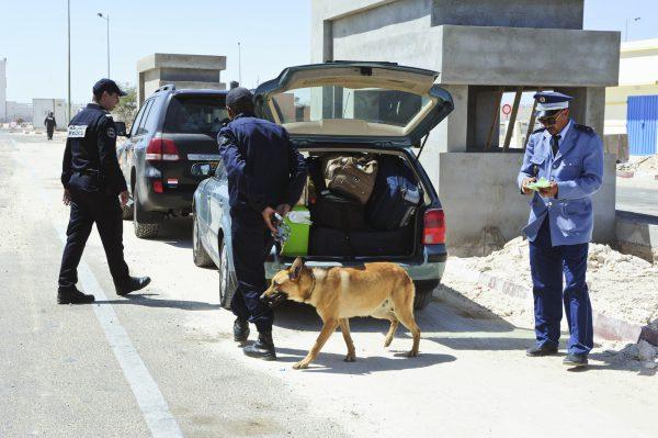 La police marocaine fouille les véhicules à destination ou en provenance du poste-frontière mauritanien.