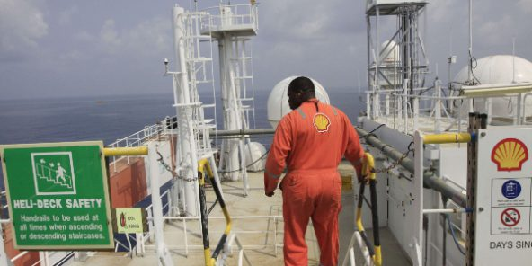 Un employé de Shell, au large du Nigeria, en décembre 2011 (photo d'illustration).