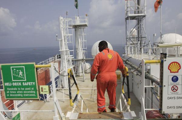 Un employé de Shell, au large du Nigeria, en décembre 2011 (photo d'illustration).