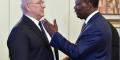 Michel Sapin avec le président ivoirien Alassane Ouattara (D) le 13 avril 2017, au palais présidentiel d'Abidjan.