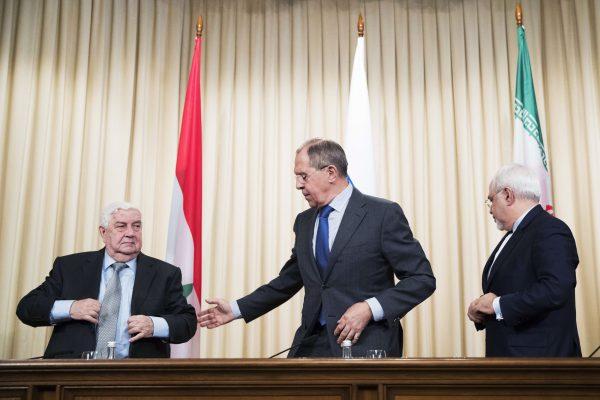Le chef de la diplomatie russe, Sergueï Lavrov, entouré de ses homologues iranien et syrien le 14 avril à Moscou. Crédit : Pavel Golovkin/AP/SIPA
