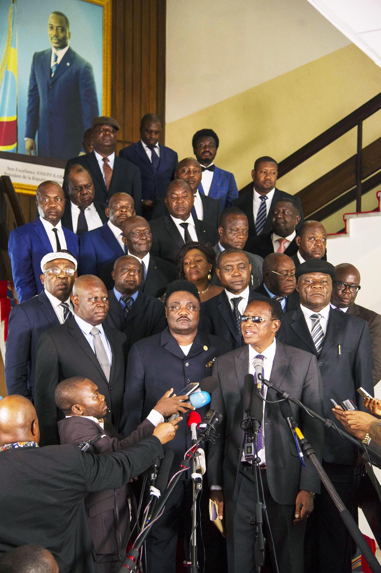 Bruno Tshibala (au premier plan, à dr.), le nouveau Premier ministre, nommé par Joseph Kabila.