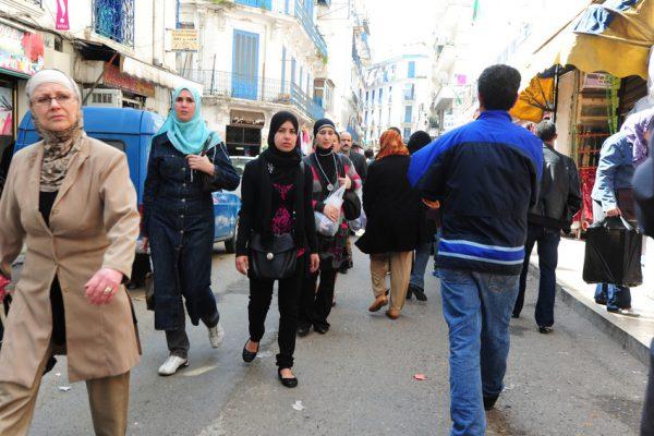 Dans une rue d'Alger, en Algérie, en mars 2011.