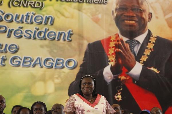 Simone Gbagbo devant une affiche représentant Laurent Gbagbo, le 15 janvier 2011.