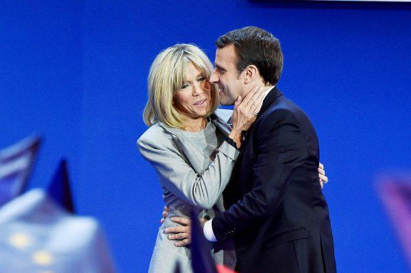 Avec sa femme, Brigitte, après l'annonce des résultats du premier tour, le 23avril.