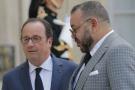 Le président français François Hollande accueillie le roi du Maroc Mohammed VI au palais de l'Élysée, à Paris, le 2 mai 2017.