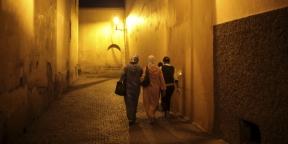Des femmes marchent dans une rue de Marrakech, au Maroc, le 5 novembre 2016.