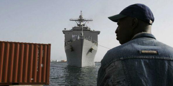 Un navire miliaire américain arrive dans le port de Dakar pour participer à des exercices dans le golfe de Guinée, le 5 novembre 2007.