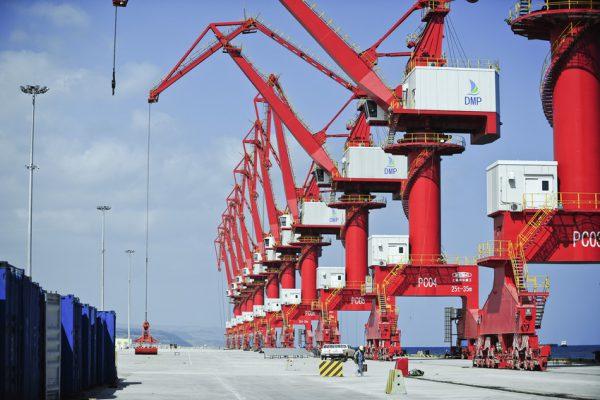 Les nouvelles grues géantes du Doraleh Multi-Purpose Port (DMP), terminal portuaire en construction par des entreprises chinoises. A Doraleh (Djibouti) le 13 mars 2017