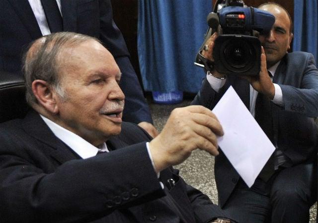 Le président algérien Abdelaziz Bouteflika vote lors des élections législatives le 4 mai 2017 à Alger.