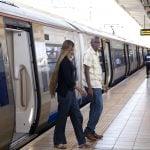 Passagers sortant d'une rame de train Gautrain à Midrand, en Afrique du Sud.