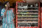 Une femme vend des téléphone portables à Cotonou, au Bénin, le 24 février 2016.