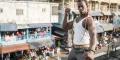 Killer Bean posant près du marché de Waterside à Monrovia.