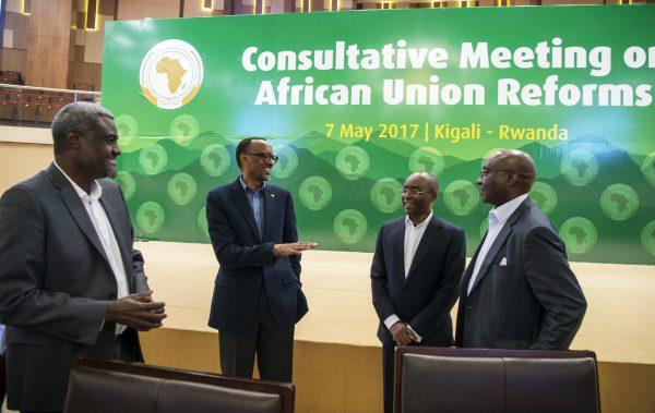Au Convention Center de Kigali, avec, de g. à dr., le président de la Commission de l'Union africaine, le Tchadien Moussa Faki Mahamat, le magnat des télécoms zimbabwéen Strive Masiyiwa et l'économiste rwandais Donald Kaberuka.